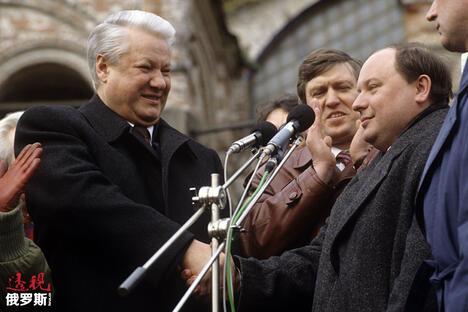Boris Yeltsin, left, Presidential Advisor Yegor Gaidar  CN