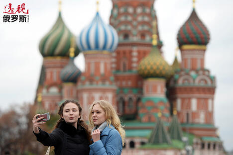 Red square selfie