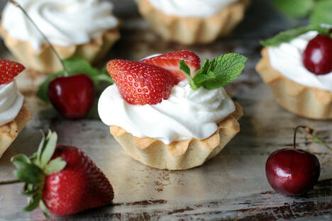 Sour cream tartlets with berries