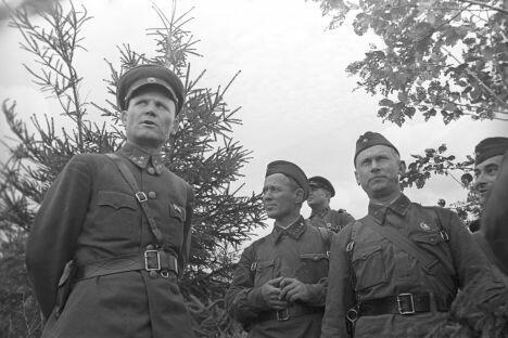 东部阵线司令员伊万·科涅夫(左)、苏联著名作家米哈伊尔·肖洛霍夫(左二)、亚历山大·法捷耶夫、叶夫根尼·彼得罗夫(右)。图片来源:俄新社
