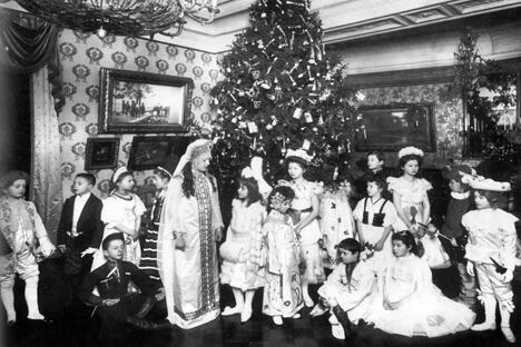 每个讲究一点的家庭都要装点一棵圣诞树。这一习俗是十九世纪三十年代从德国传入圣彼得堡的,此后又传遍整个沙俄帝国。图片来源:《生意人报》