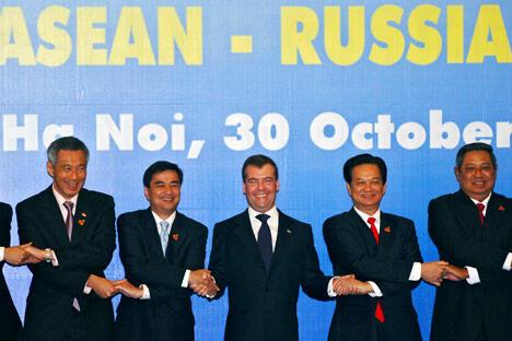 2010年10月30日,俄罗斯总统梅德韦杰夫与菲律宾总统阿基诺、新加坡总理李显龙、泰国总理阿披实、越南总理阮晋勇、印度尼西亚总统苏西洛在越南河内第二届俄罗斯-东盟峰会开始时集体携手合影。摄影:AFP_East_News
