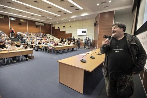 作家贝科夫正在莫斯科社会经济科学院朗读俄语听写文章 。图片来源:俄新社