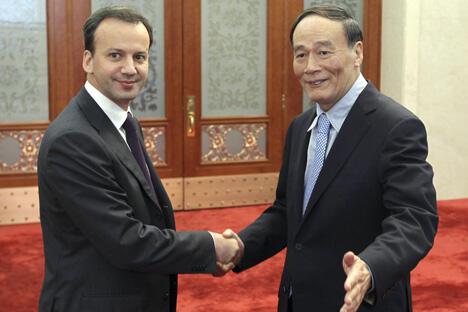 图中:俄罗斯副总理德沃尔科维奇与中国国务院副总理王岐山。摄影:路透社 (Reuters)