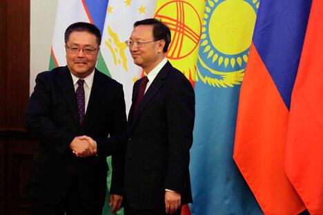 图中:上合组织秘书长穆拉特别克•伊马纳利耶夫与中国外交部长杨洁篪。摄影:AP