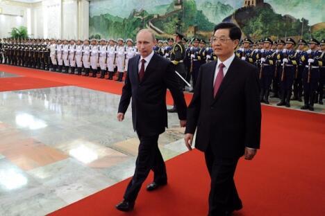 星期二,俄罗斯总统普京和中国国家主席胡锦涛在上合组织北京峰会期间检阅仪仗队。摄影:路透社 (Reuters)