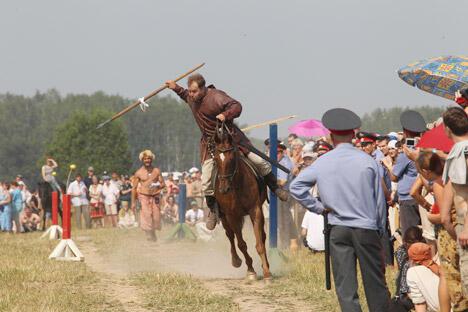 """俄罗斯将举办一系列夏季狂欢节。图中:8月份在莫斯科谢尔盖帕萨特区将举办主题为斯拉夫中世纪一天的""""城市庆典""""历史复原活动"""