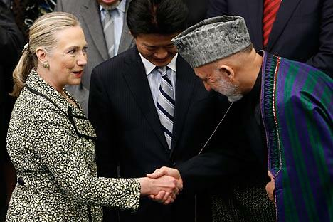 美国国务卿希拉里·克林顿在东京与阿富汗总统哈米德·卡尔扎伊(右)进行会晤时保证,美国不会在2014年撤军后抛弃自己盟友。 图片:路透社 / 金炅勋