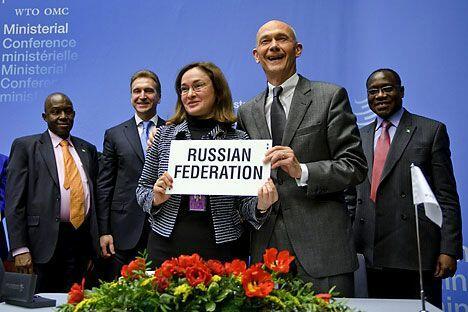 2011年12月16日,在日内瓦世贸组织总干事帕斯卡•拉米(右)与俄罗斯经济发展部部长伊莉娜·纳比乌林娜(左)手持写有俄罗斯名字的标牌庆祝俄罗斯入世。摄影:路透社