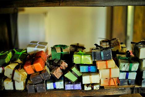 """克里斯蒂娜制作的手工香皂以""""卡拉斯拉雅波利亚纳香皂""""系列产品销往美容院、高档水疗中心、商场和天然化妆品店。摄影: Mikhail Mordasov"""
