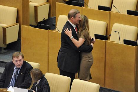 图中:俄罗斯国家杜马体育、运动和青年事务委员会委员弗拉季斯拉夫•特列季亚克(中)和阿丽娜•卡巴耶娃(右)在杜马会议上。图片来源:《生意人报》