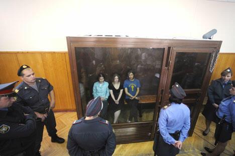 """22岁的娜杰日达·托洛孔尼科娃、24岁的玛丽亚·阿廖欣娜和30岁叶卡捷琳娜·萨穆特瑟维奇三人被认定于今年2月在基督救世主大教堂祭坛上进行""""朋克祈祷"""",而被判有流氓罪和煽动宗教仇恨罪。图片来源:俄新社"""
