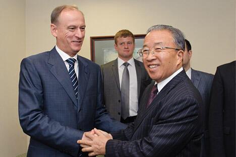 8月20日,在俄罗斯首都莫斯科,中国国务委员戴秉国(右)与俄罗斯联邦安全会议秘书帕特鲁舍夫握手。 图片来源:新华社