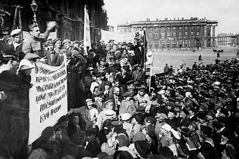 1920年,人们在彼得格勒(即现在的圣彼得堡)皇宫广场上举行集会。图片来源:塔斯社