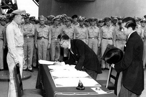 日本外相重光癸和日本陆军参谋总长梅津美治郎在《日本无条件投降书》上签字。