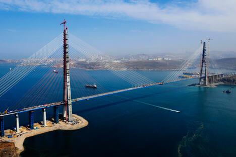 俄罗斯岛同陆地连接起来的金角湾大桥和跨东博斯普鲁斯海峡的俄罗斯岛大桥成了建设者们的骄傲。图片来源:塔斯社