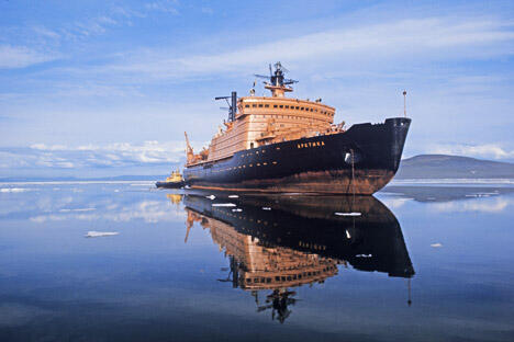 """图中:""""北极""""型双反应器破冰船,吃水深度可达11米。图片来源:俄新社"""