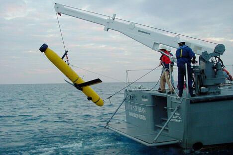 """在进行成功地勘察之后,美国""""金枪鱼""""自动航行器工程师恢复使用""""金枪鱼-12""""号水下自动航行器。现在,俄罗斯国防企业学者开始着手研制类似无人水下侦查和冲锋航行器。图片来源:AP"""