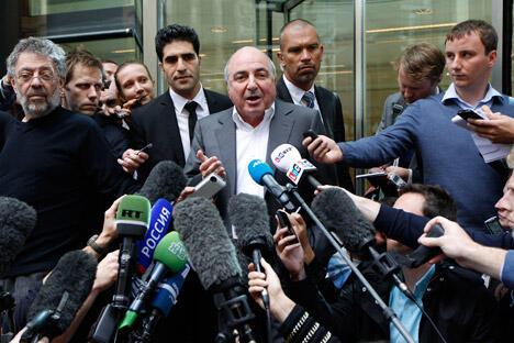 两位俄罗斯寡头的官司吸引了媒体和公众巨大的兴趣。除了55亿美元诉讼的天价数字,媒体对控辩双方及证人都很关注。图片来源:AP