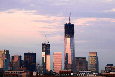 9月11日,星期二,为9/11事件11周年纪念日。目前,纽约新世贸中心建设项目正日夜兼程地进行,将建成104层高的摩天大楼。图中偏左位置为正在建设的4座贸易大楼。图片来源:AP