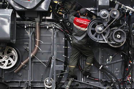 图中:俄罗斯顿河罗斯托夫市的罗斯托夫农业机械厂的工人在生产流水线上装备联合收割机, 图片来源:俄新社