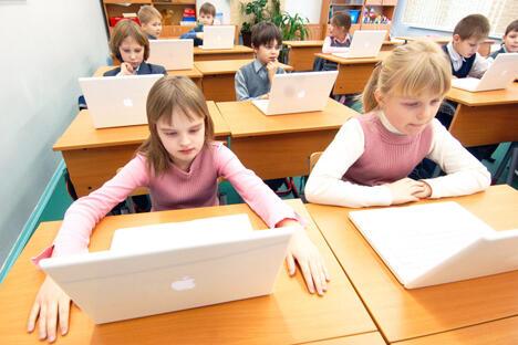 图中:并不是所有学校的一、二年级学生都这么幸运。有一些学校里还没有开始使用MacBook,还有一些学校每次只能使用5-10分钟,更有一些学校甚至要两人共用一台电脑,图片来源:《莫斯科新闻报》