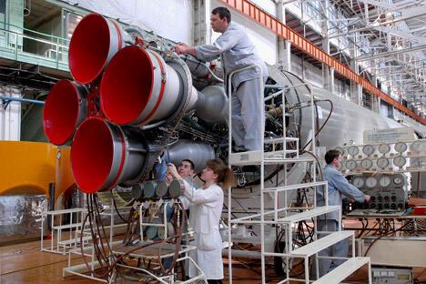 今年4月末,俄罗斯联邦航天局向政府提交审议一份《2030年前航天发展战略》草案,该草案中提出了多项大胆计划,如实现技术多样化,包括载人技术和自动化技术;研发所有可能的技术工艺;扩大空间服务范围;宇航员登月;部署火星空间站,研究金星和木星等。图片来源:塔斯社