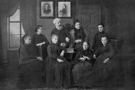 弗拉基米尔女子讲习班的教师们(斯塔索娃、特鲁布尼科娃和菲洛索福娃)在别克托夫的领导下,于1878年获得了在圣彼得堡开设系统化大学性质教学的女子高等讲习班的许可。