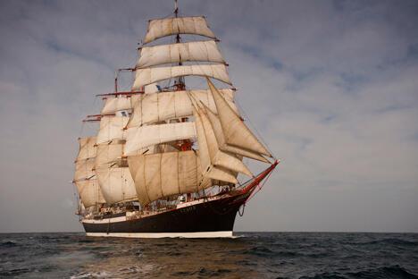 """""""谢多夫""""号帆船本次航行将历时14个月,预计航行45000海里,将在欧洲、亚洲、非洲和美洲的30多个港口停靠。2013年6月,""""谢多夫""""号将再次抵达圣彼得堡,全部航程至此结束。"""