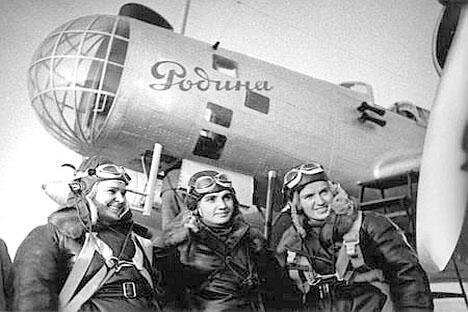 """机长格里佐杜博娃、副驾驶奥西彭科和领航员拉斯科娃组成的机组驾驶""""祖国号""""飞机。"""