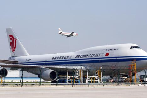 根据今年8月底俄中总理定期会晤委员会运输合作分委会第十六次会议期间双方达成的共识,俄中两国地方间客货航班将由每周400次增至423次。图片来源:AFP/EastNews