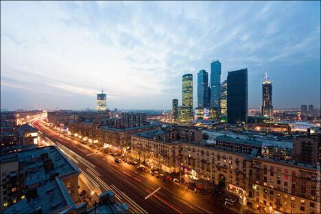 在很多俄罗斯的城市可以同时看到不同时代的建筑。摄影:Vitaly Raskalov