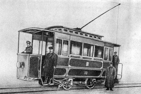 20世纪初,俄国首都的主要交通工具是马车,有轨电车在城市街道上的出现遭到了惧怕竞争的马车公司老板们的极力抵制。