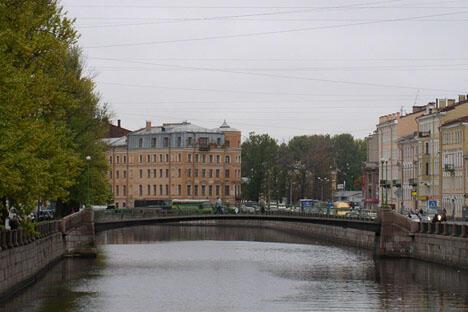 科洛缅斯基桥是欧洲和苏联历史上第一次使用焊接铝管作为大桥的跨度结构。