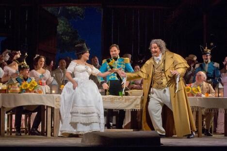 在多尼采蒂编剧的《爱情灵药》中,安娜•内特列布科扮演阿迪娜,安布罗焦•马尔斯特里扮演杜卡马拉医生。图片来源:大都会歌剧院