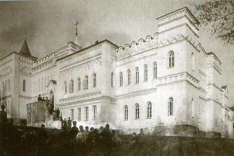 大众学校大楼。1890年代的图片。