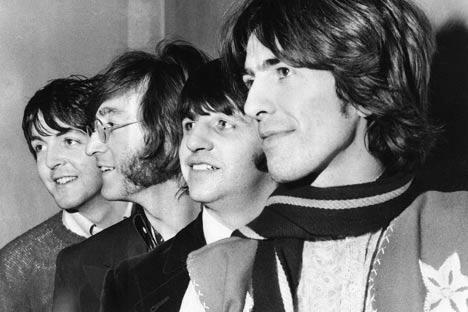 """50年前,披头士乐队推出第一首单曲《爱我吧》。今天,当世界各地庆祝披头士乐队成立50周年之际,保罗•麦卡特尼爵士刚刚度过自己的70岁生日,而前苏联时期的口号""""列侬活着!""""仍然还很流行。图片来源:AP"""