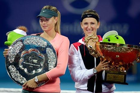 站在俄罗斯网球名将玛丽亚•莎拉波娃旁边的是白俄罗斯网球选手维多利亚•阿扎伦卡(右),后者于2012年10月7日在北京举行的中国网球公开赛女子单打决赛中夺冠。图片来源:路透社