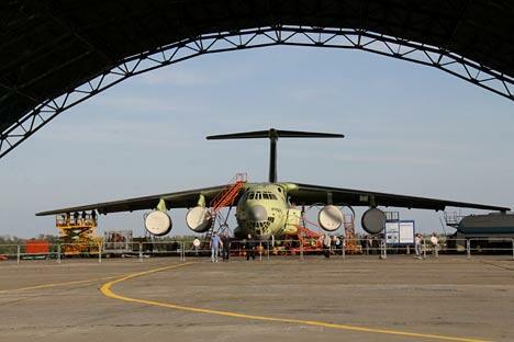 使用了新技术的伊尔-476型运输机将能够在机载50吨货物的情况下以850公里的时速飞行。图片来源:塔斯社