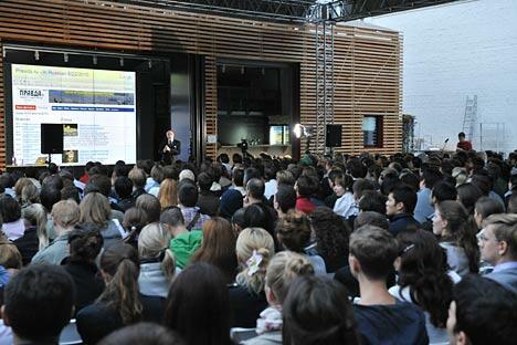 """有""""互联网之父""""之称的谷歌全球副总裁、首席互联网专家文顿·瑟夫在""""箭头""""媒体、建筑和设计研究所举行讲座。图片来源:塔斯社"""