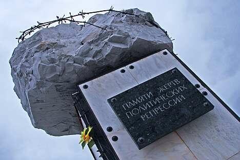 """纪念碑铭文:""""缅怀政治压迫受害者""""。摄影:Alberto Caspani"""