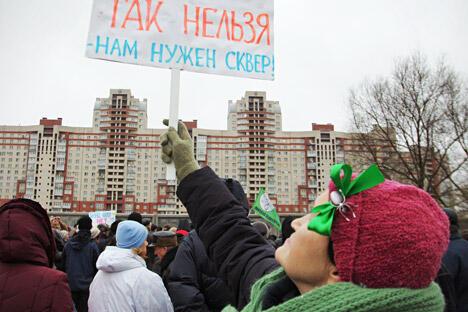 """""""政府听不到我们的声音。因此,我们地方自治组织的任务就是迫使当局考虑当地居民的意见。"""" 标语上写:""""不能这样做!我们需要街心公园!"""" 图片来源:塔斯社"""