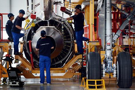 2012年6月13日,北方滨海城市天津的空客总装厂,工人们正在总装配线上为组装中的空客A380安装引擎。图片来源:AFP/EastNews