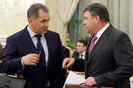 莫斯科州前州长谢尔盖·绍伊古(左)现已接替阿纳托利·谢尔久科夫(右)成为俄罗斯新一任国防部长。图片来源:俄新社