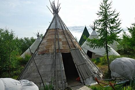 作为亚马尔-涅涅茨自治州的首府,萨列哈尔德每年春天都会庆祝驯鹿牧民的节日。他们用杆子、树皮和皮革搭建传统的驯鹿皮帐篷。图片来源:Lori / Legion Media