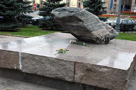 苏联政治迫害死难者纪念碑由来自索洛维茨基特别劳改营的石块制成,于政治迫害死难者纪念日,即1990年10月30日,安放在卢比扬卡广场上。图片来源:PressPhoto