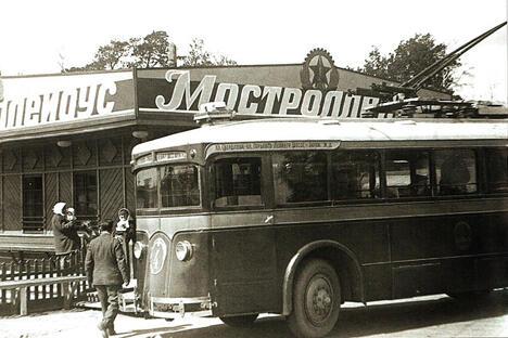 终点站万圣村的一座带修配间的车库,1934年。