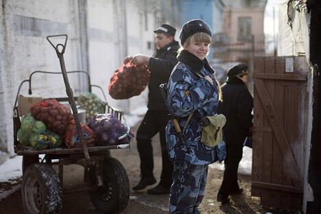 """玛琳娜的确是个美女,毫无争议的入围弗拉基米尔州""""狱警小姐""""大赛决赛。摄影:Andrey Rudakov"""