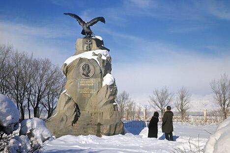 位于卡拉科尔的墓地中,矗立普热瓦利斯基雕像。图片来源:俄新社