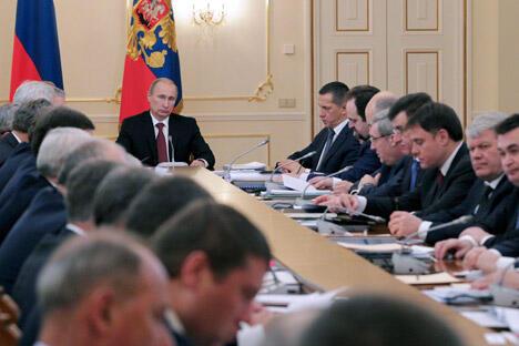 俄罗斯总统弗拉基米尔·普京(远景正中)在诺沃-奥加列沃主持国务委员会主席团会议。会议议题是远东及后贝加尔地区的社会经济发展与人口发展。图片来源:俄新社。